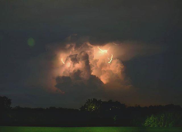 Mufasa? . . . . . . #clouds #85mm #night #nightphotography #longexposure #stormclouds #storms #lightningbolt #lightning #lightnights #mufasa #rokinon #nightwalk #summernight #instagram #insta #instastorm #instacloud #instaclouds #instacanonpic #instacanon @rokinon @canonusa @canon_photos #tempestades #thunderbolt #thunderstorm #thunders