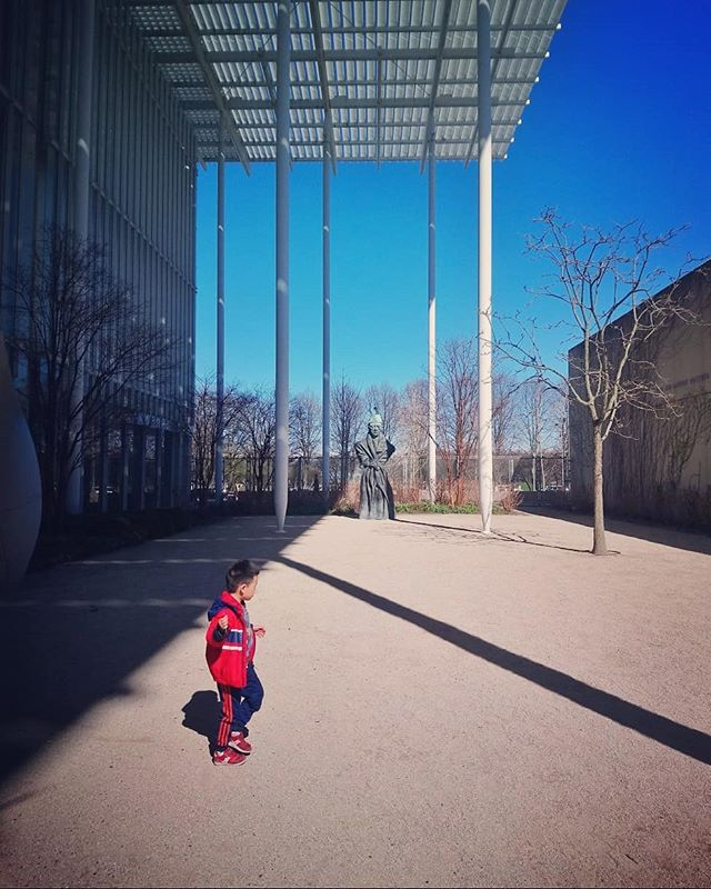 Art Institute. . . . . . . . #art #artinstitutechicago #aic #afternoon #yard #japanesegarden #asia #chicago #contrast #contraste #garden #kidplaying #red #bluesky #hardshadows #ilinois #chicagoart #streetphotographychicago