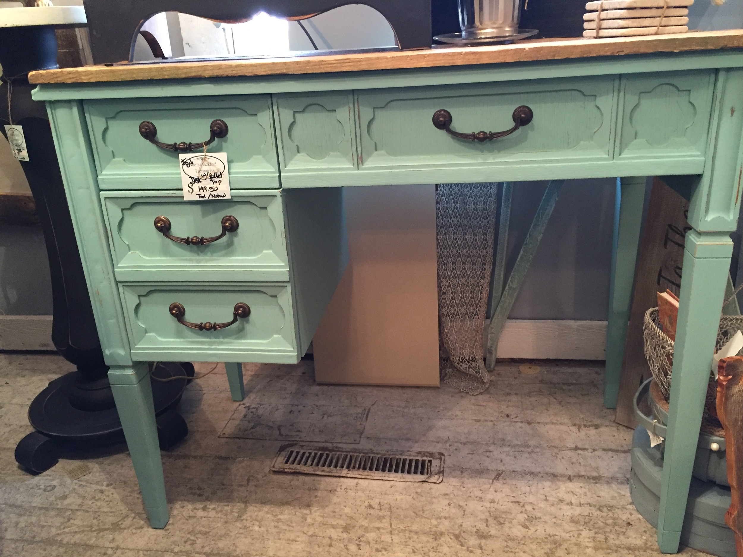 9. Pallet wood tops are everywhere and we defiantly have fun with this trend. We love how Deb, one of our talented vendors, combine that awesome teal with the pallet wood.
