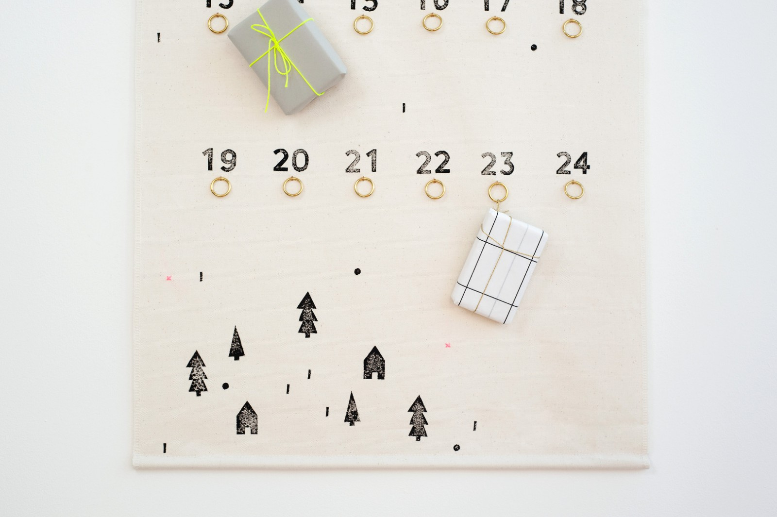 Bestempelter Adventskalender aus Stoff. Als Wandbehang von  Tinyday