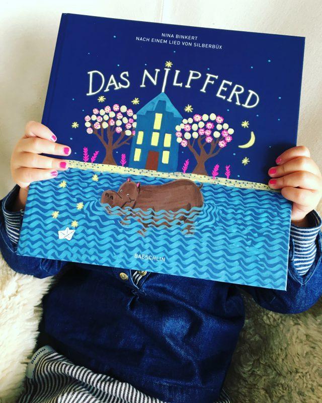 Das Nilpferd - Nach einem Kinderlied von Benno Muheim entstand diese träumerische Gutenacht-Geschichte. Neben dem Nilpferd leisten noch fünf weitere tierische Freunde einem Mädchen bei ihrer Traumreise Gesellschaft.