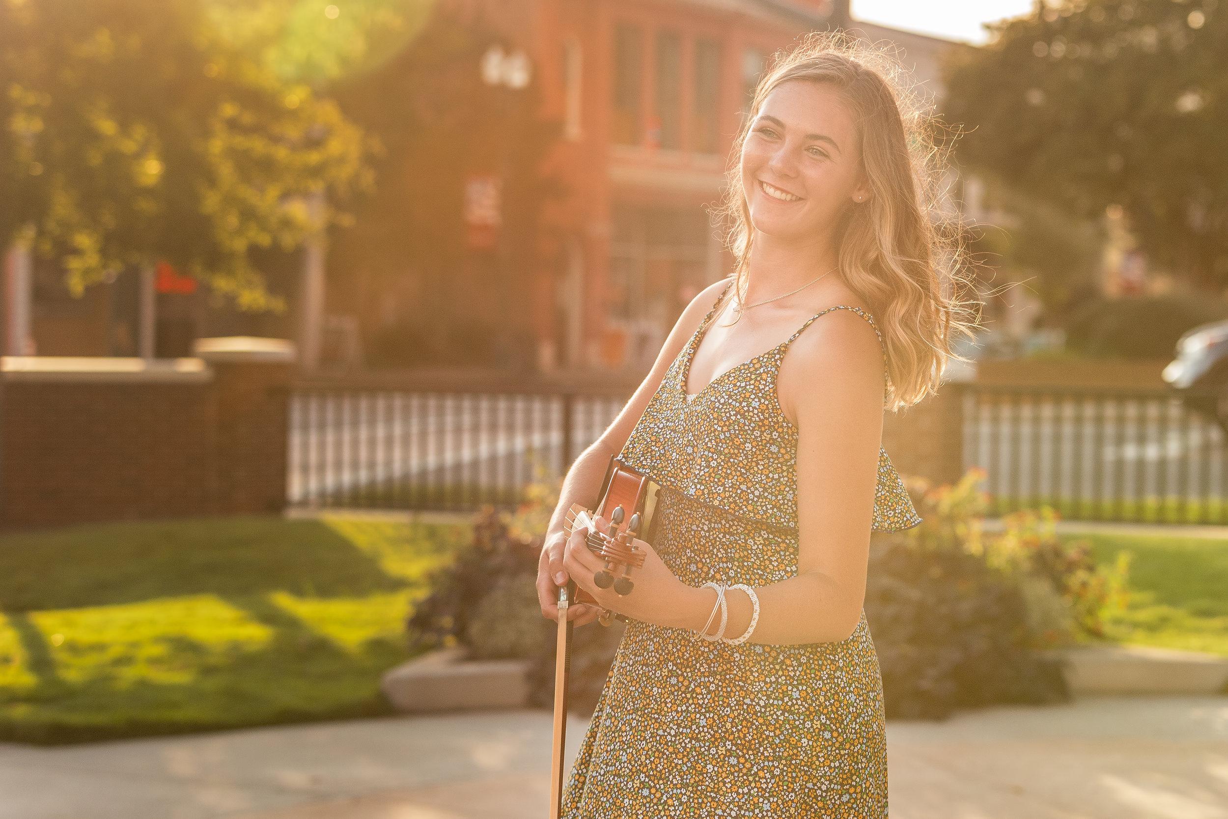 holding-violin-in-the-sun.jpg