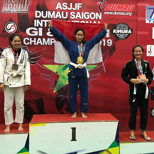 Huge congratulations to one of our top female competitors @ecysaleldin for bringing home 4 medals at the Dumai Saigon International Gi and No Gi Championship: 2 Golds & 2 Silvers in the Gi and No Gi light feather and absolute division. Armbar finishes included! Kudos to Ecy🥇🥇🥈🥈 #peterdebeenjiujitsu #debeenjiujitsuindonesia #debeenjiujitsuindonesiahq #debeenjiujitsuindonesiafamily #jiujitsuasia