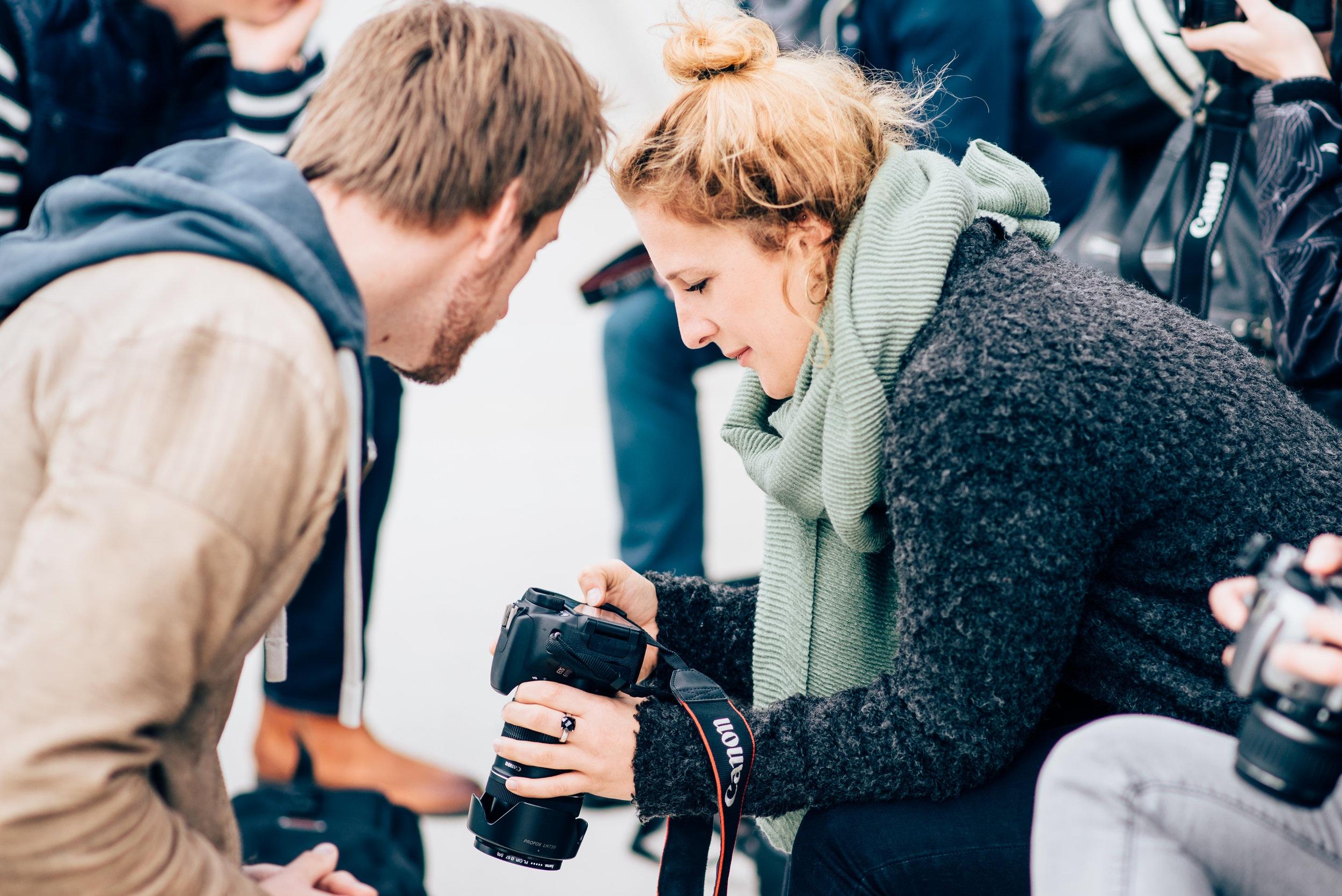 David erklärt einer Teilnehmerin die Einstellungen ihrer Kamera