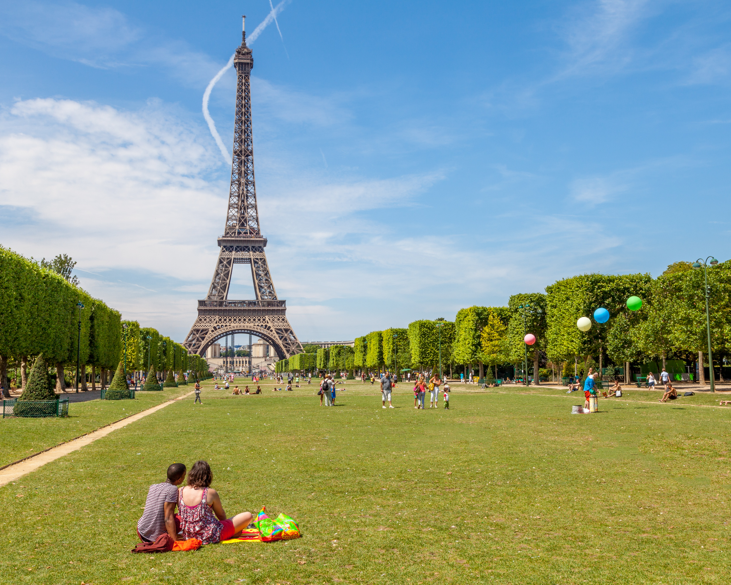 Picnic at the Eiffel tower.jpg