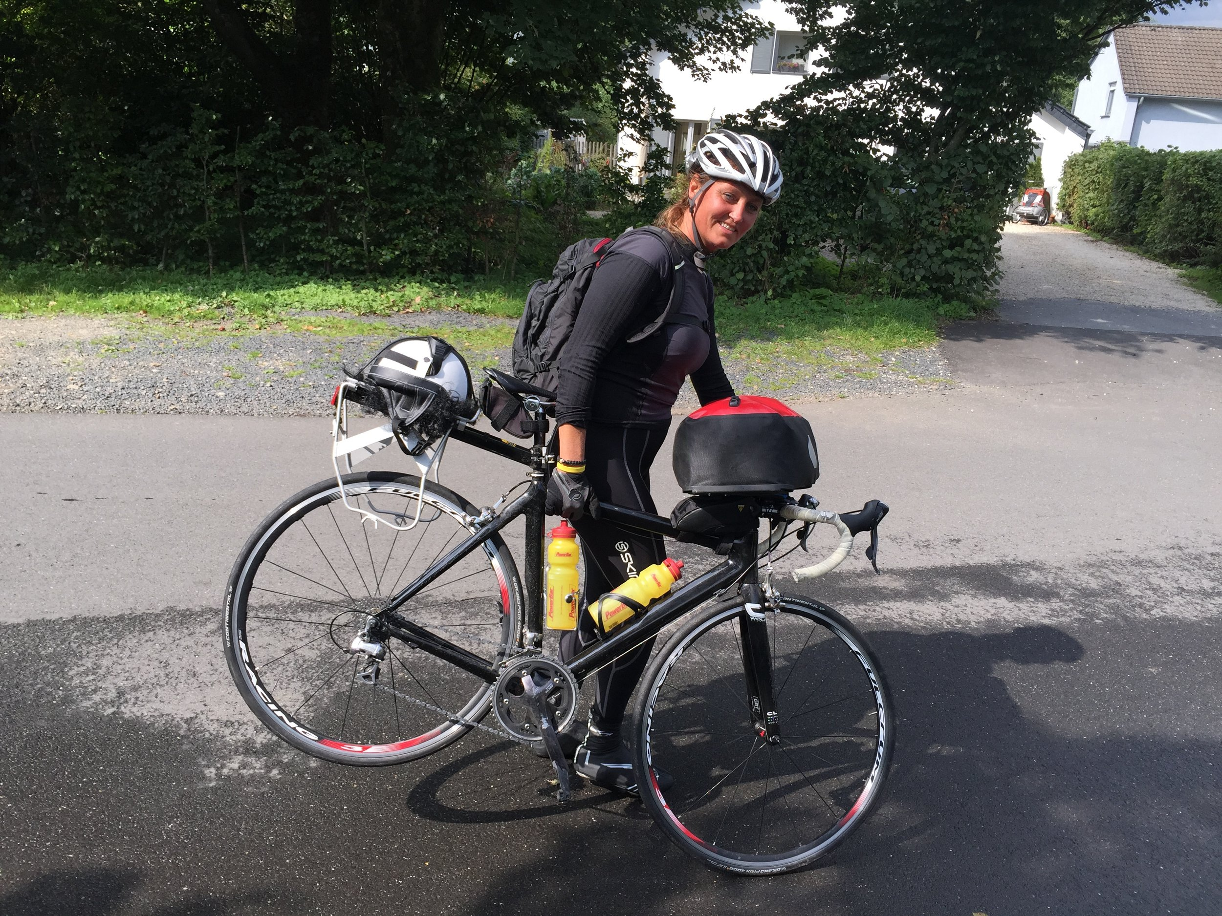Cecilie hadde så fin sykkel at det ikke var bagasjebrett på den. Det gjorde at veskene slo inn i eikene og bråstoppet sykkelen. Skjevt hjul stopper turen.