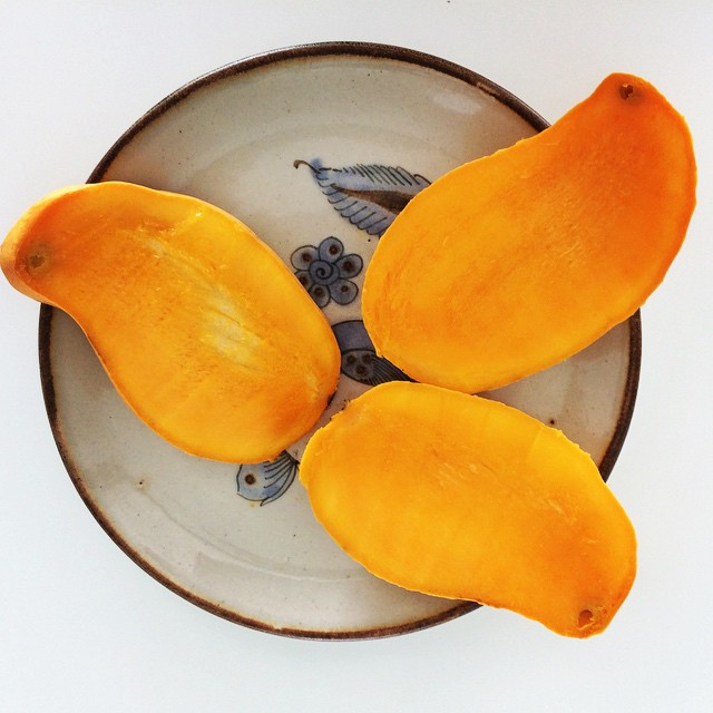 Mangos are totally worth including in your diet! This paisley-shaped sweet yet tart fruit contains about 25-40% of your daily vitamin A needs, natural antioxidants (vitamin C + E), and a low glycemic index. A cup is 100 calories with 3 grams of fiber and 1 gram of protein. Dump them in a salad, make a sauce with them, add them to yogurt or smoothies, or have them as a start to an awesome morning! #cancun #mangoseason #mango #bushwick #bushwicknutrition