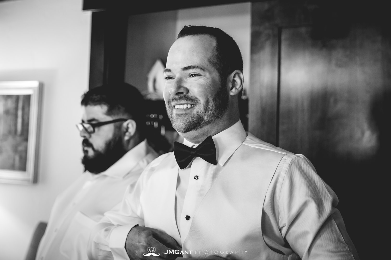 Vail Colorado Wedding | Groom and groomsmen getting ready | Colorado wedding photographer | © JMGant Photography | http://www.jmgantphotography.com/