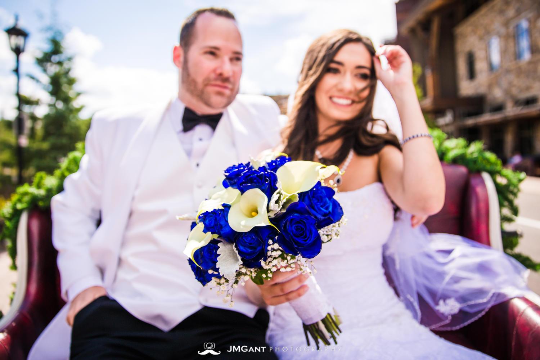 Vail Colorado Wedding | Bride and groom carriage ride | Colorado wedding photographer | © JMGant Photography | http://www.jmgantphotography.com/