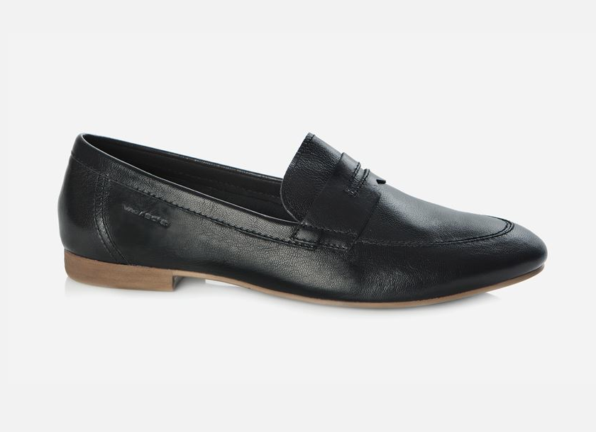 Classic and trendy at the same time, this black leather penny loafer is a key piece for spring.