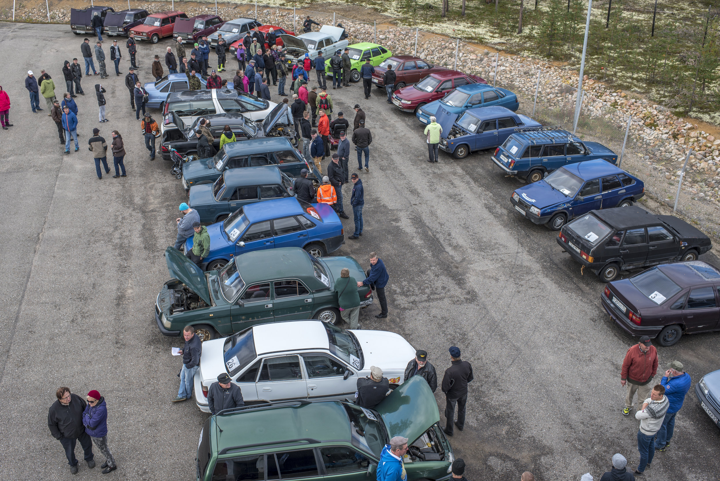 Some soviet car enthusiasts drove a thousand kilometers to buy almost unusable Volga's and Lada's at an auction in Raja-Jooseppi, Inari.  Lehtikuva 2016.