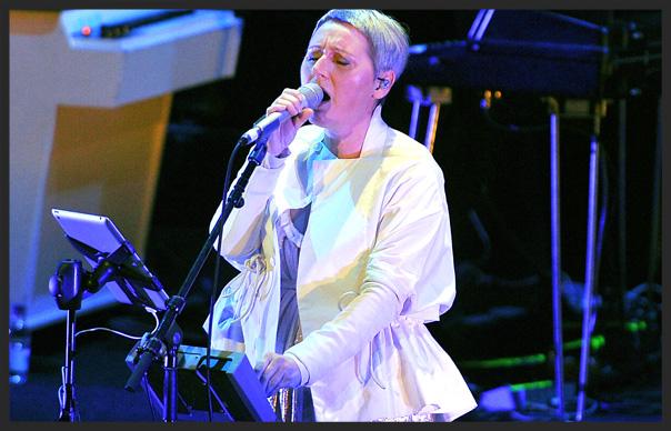 Elizabeth Fraser singing Teardrop on tour with Massive Attack in 2006
