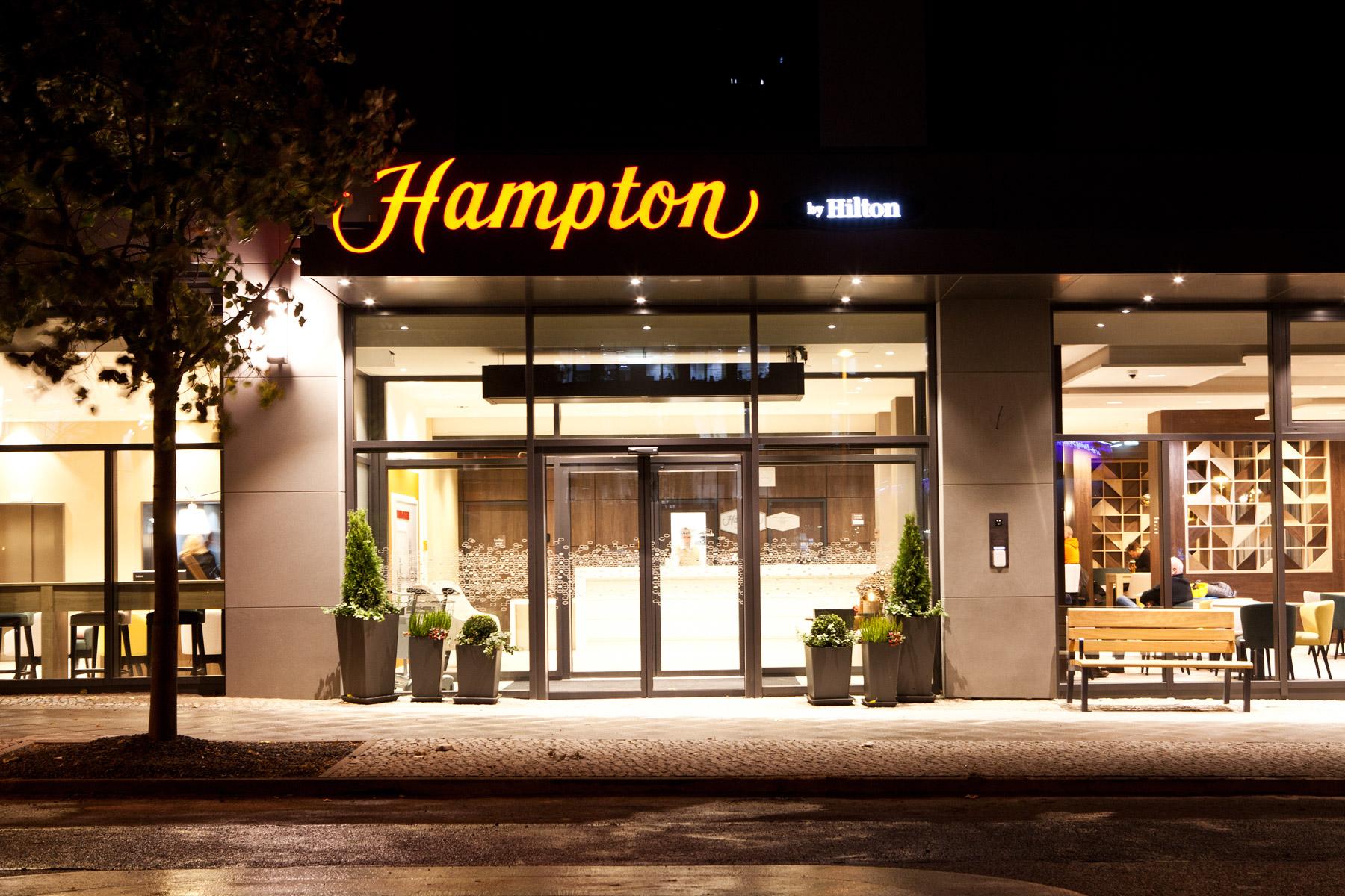 HamptonByHilton-Berlin_Exterior_Night1_web.jpg