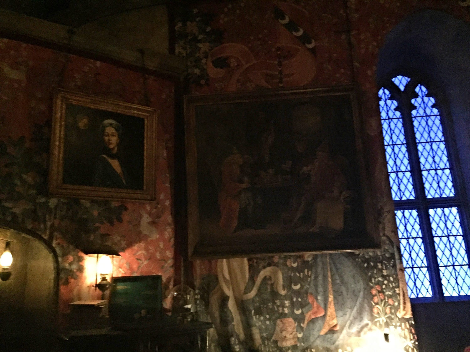 A Quick Look into the Gryffindor Common Room Waiting to Ride Forbidden Journey