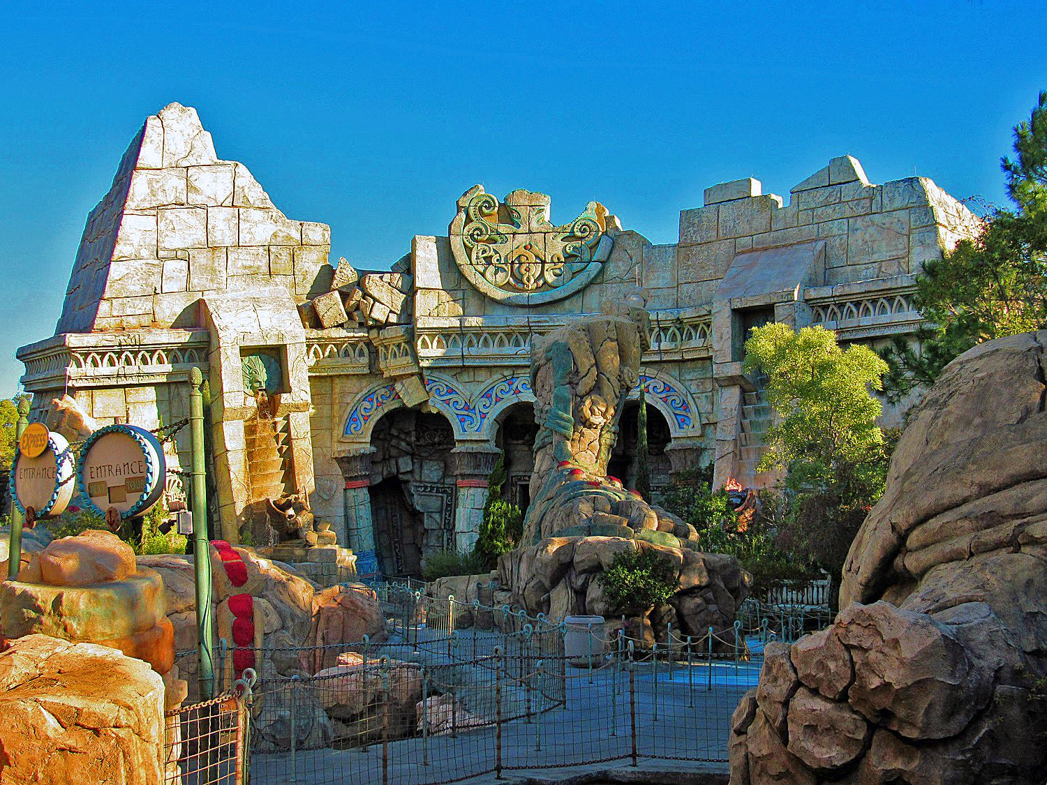 Poseidon's Fury is a show that incorporates a live guide,movie screens, and an array of special effects.