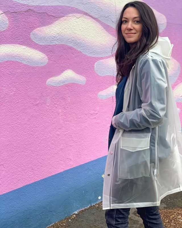 A raincoat is essential in Portland. It's that important layer when you need protection from the elements but not necessarily added warmth. I have finally found my favorite one which doesn't hide my outfit and truly goes with everything! #portlandpersonalstylist #rainydayfashion