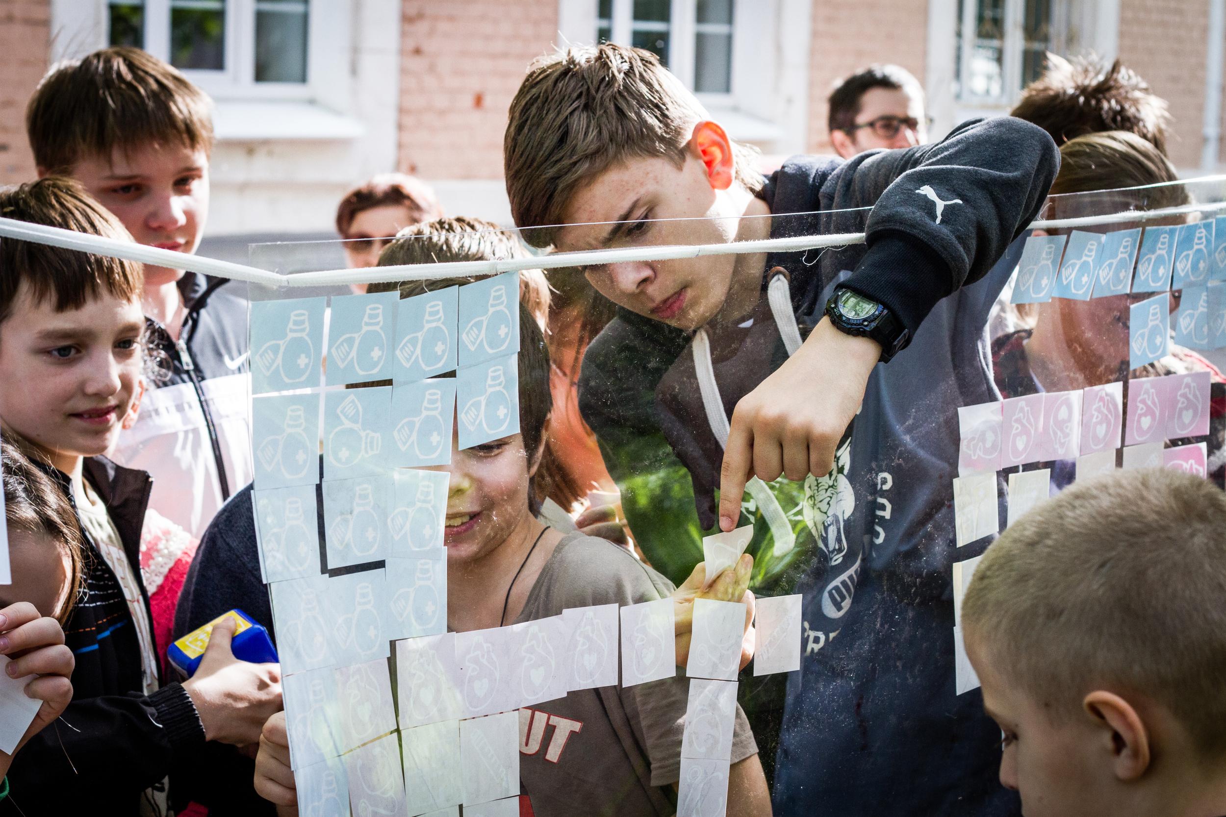 """На открытии """"Игровых коммуникаций"""" художники Жанна Рыбак и Маша Ив провели игровой перформанс с участием детей. Фото Антона Газина."""