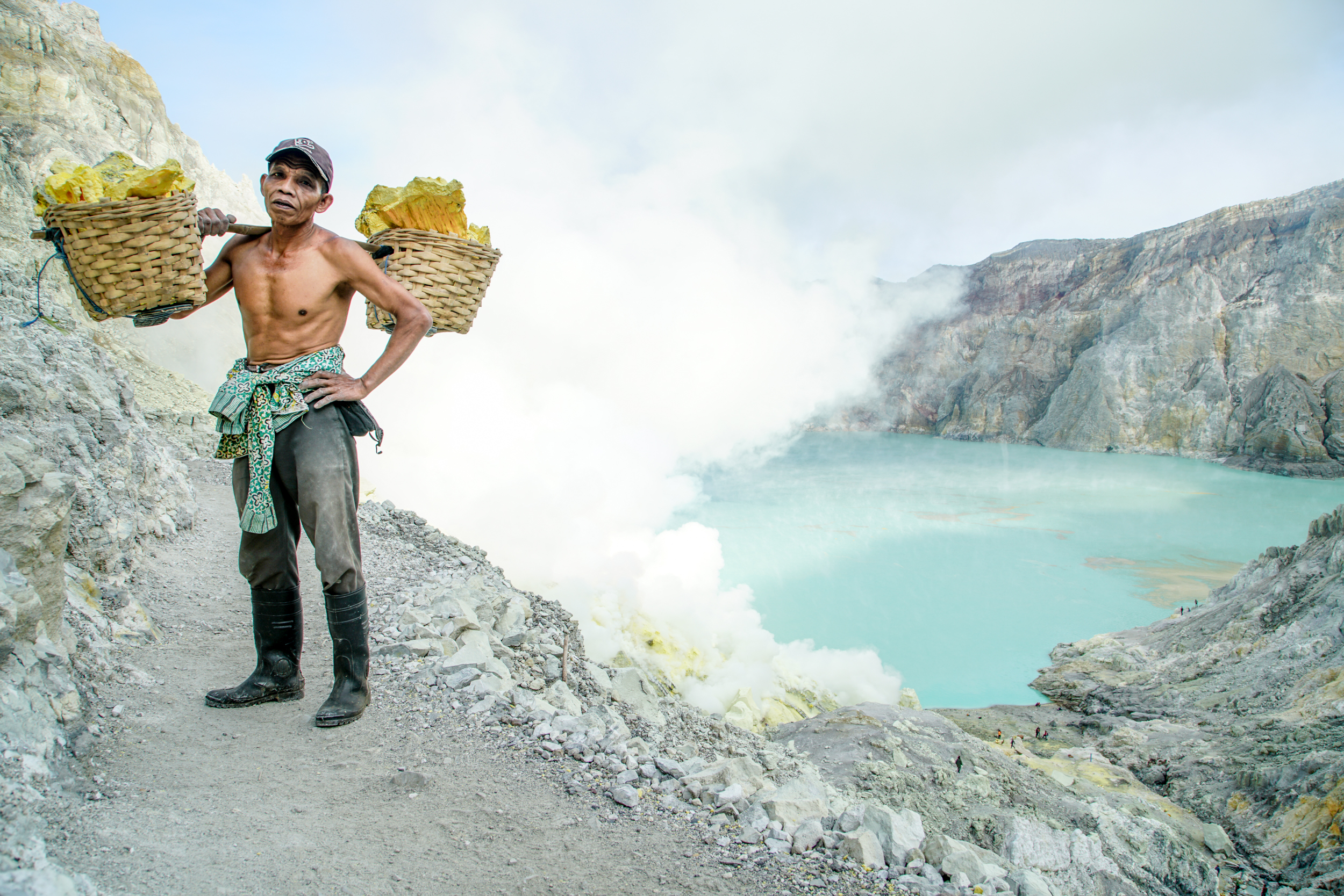 The miners carry up to 130 kilograms of sulfur on their backs out of the crater.