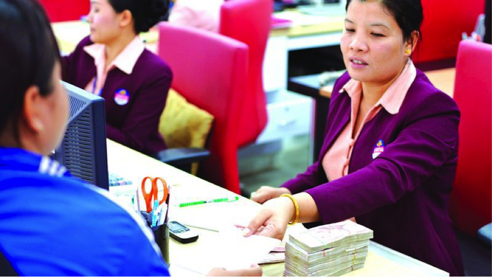 A female entrepreneur visits a bank in Vientiane, Laos. Photo by:  Stanislas Fradelizi / World Bank  /  CC BY-NC-ND