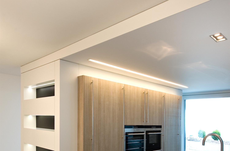 Spanndecke mit integrierter Beleuchtung. Privatwohnung Küche