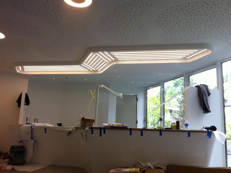 Feldaufbau einer Spanndecke mit integrierter Beleuchtung