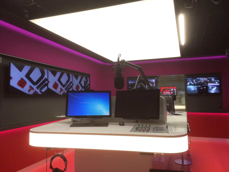 Akustik-Spanndecke als Lichtfeld in Radiostudio