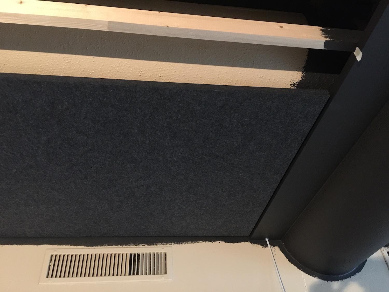 Die ersten Akustikpanels für die neue Akustikdecke sind montiert