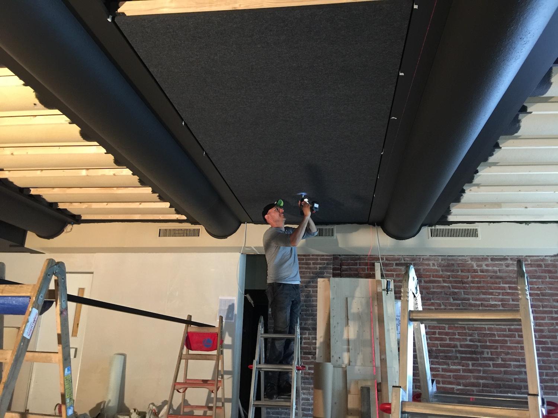 Die Bellton AG bei der Arbeit.. Sorgfältig werden die Akustikelemente montiert.