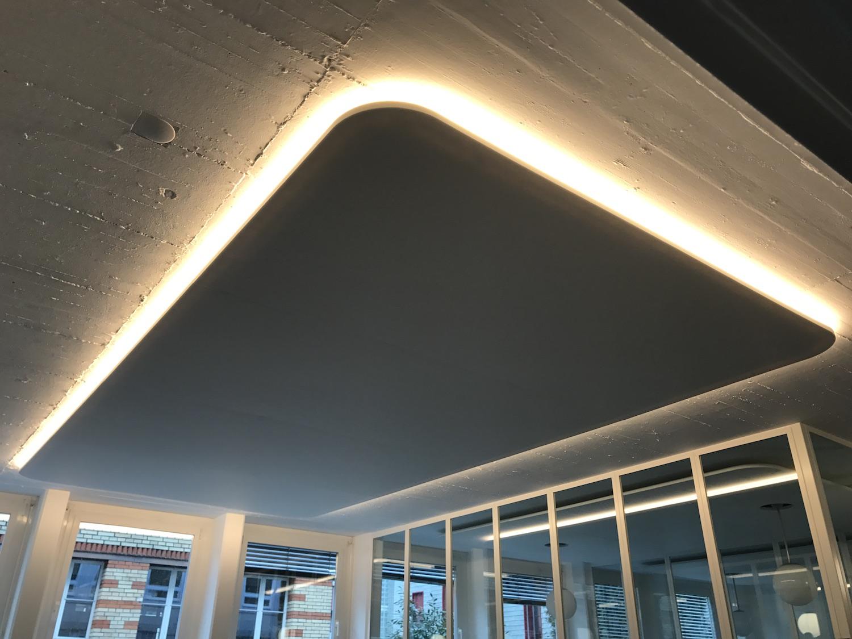 Erstelltes Akustikfeld mit integrierter LED-Beleuchtung