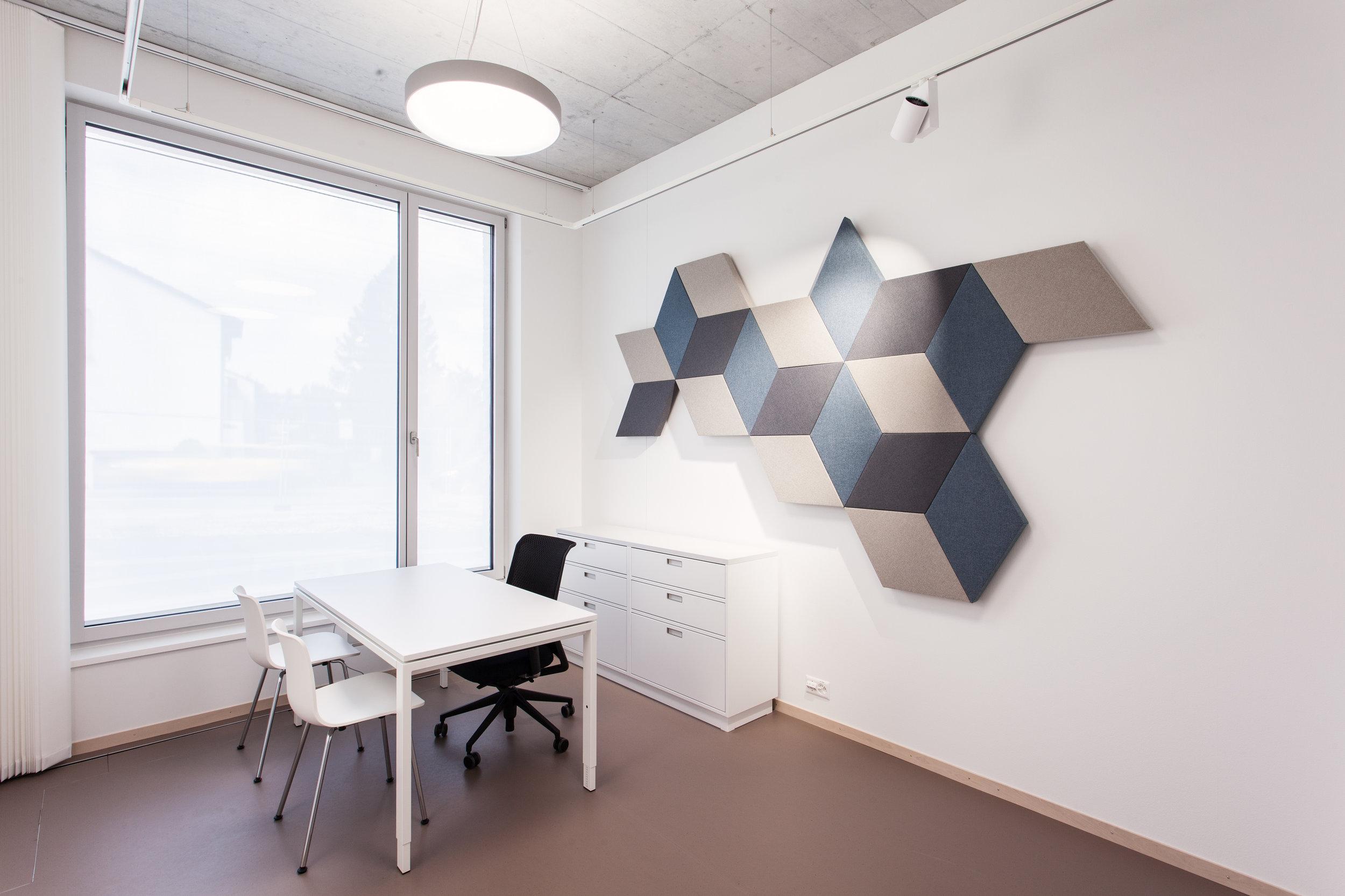 Foto © by Adrian Streuli, St. Gallen | Wandabsorber ZilenZio «Fazett» in der MediX Praxis