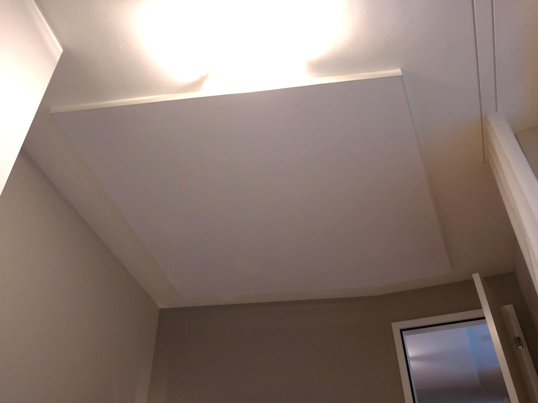 Teilflächige Akustik-Spanndecke im Wohnbereich