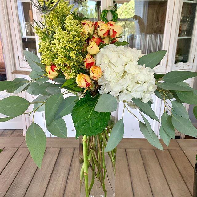 Come out to @antebellumoaksvenue tonight for sunset tours from 6:30 - 8:30pm. Stop by @jklfloraldesign_  and I will be there to discuss your upcoming floral needs for your wedding in 2020 !! Cheers 😊🌸🍾 #atxwedding  #austinflorists #austinweddingflorist  #lakewayflorist #austinweddingstyle #antebellumoaksvenue  #austinweddingmagazine #lakewayresortandspa #austinweddingcoordinator #westlakewedding #lakewaywedding #spicewoodweddings #austinfloraldesigner