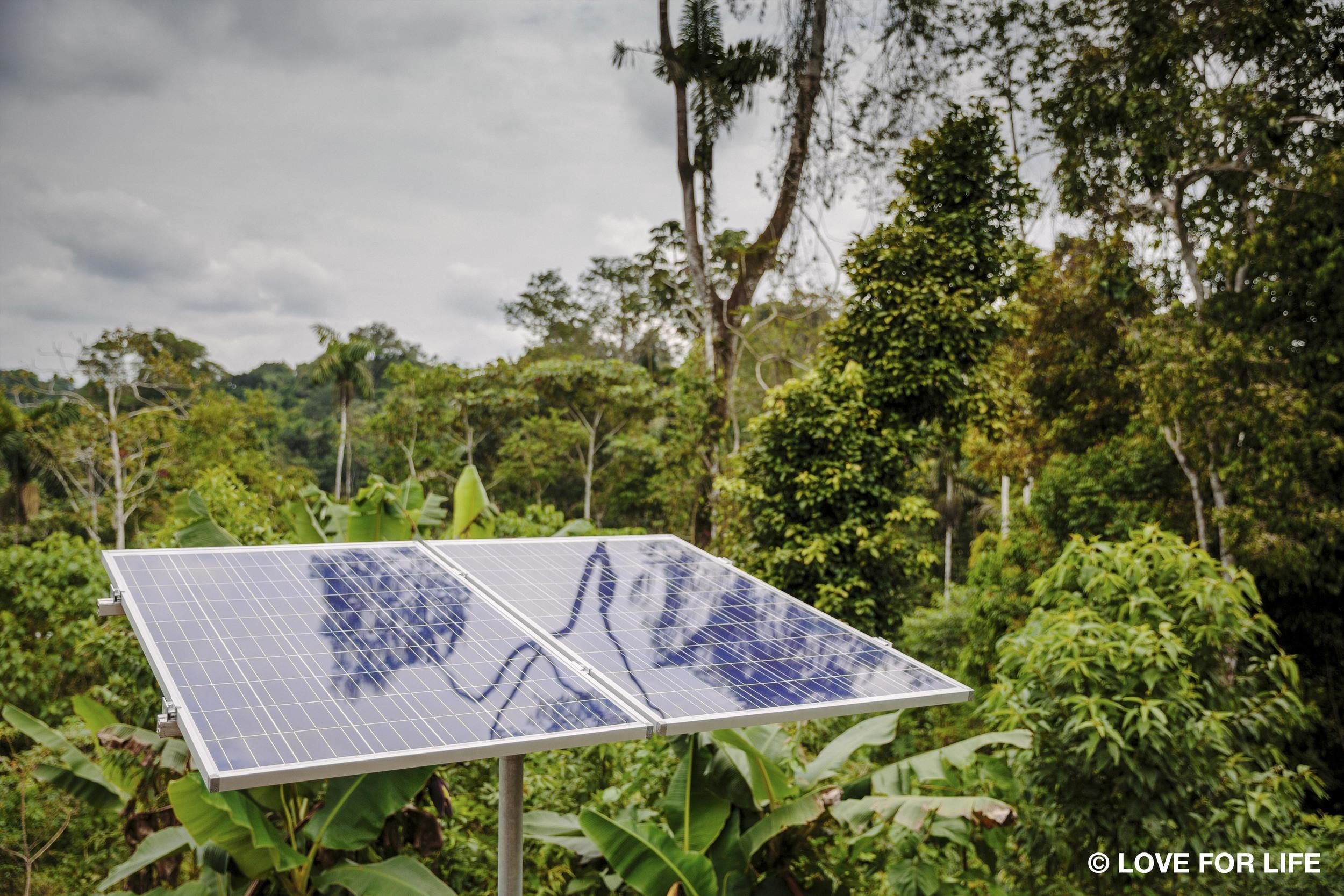 Solarprojekt IMAGINE LIGHT_Solaranlage in der Cofán-Gemeinde Bavoroe im Amazonas.jpg