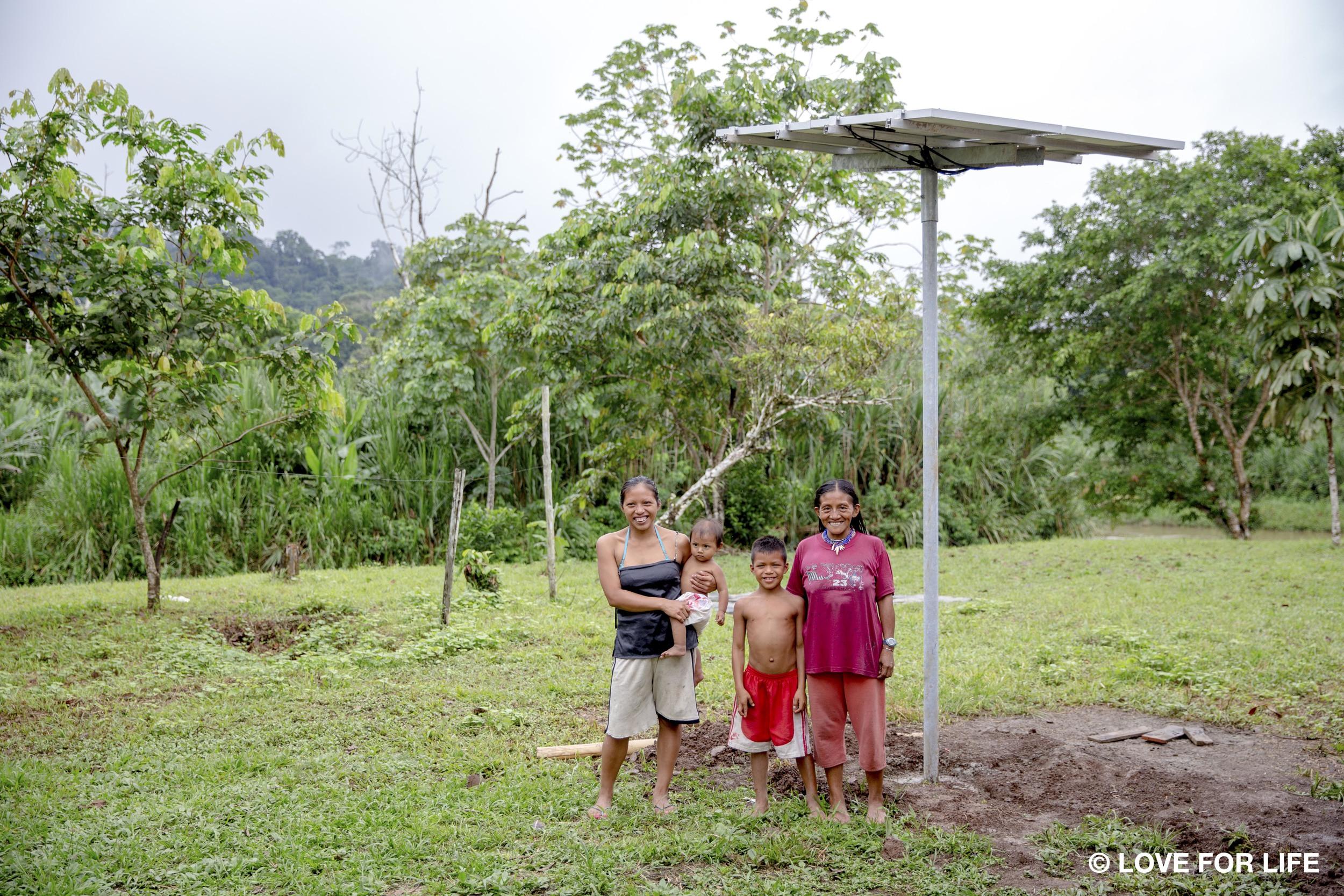Montagesystem von Arausol mit einer Waorani-Familie in der Gemeinde Kiwaru im Amazonas von Ecuador.