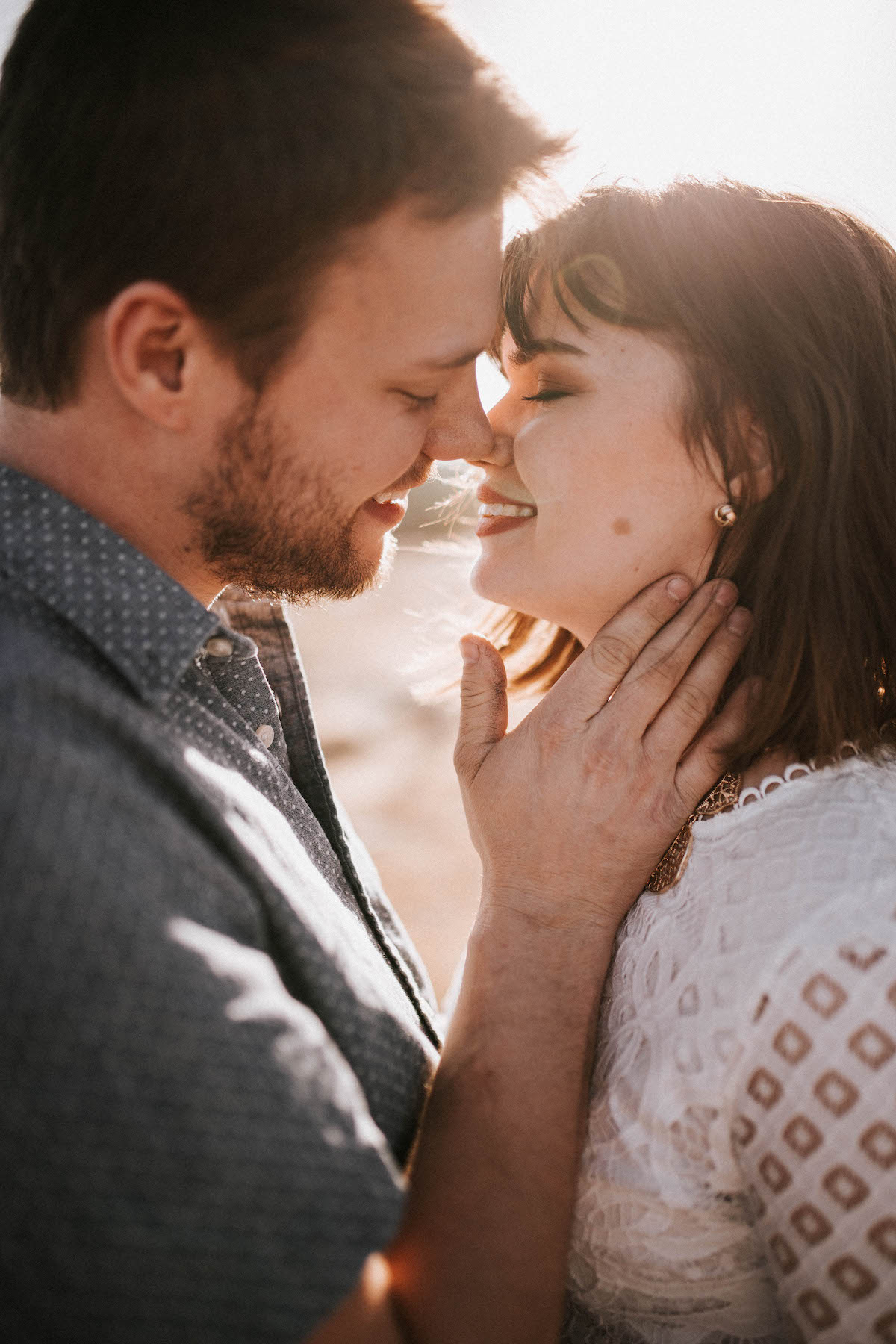 couple kissing photo ideas for outside photoshoot