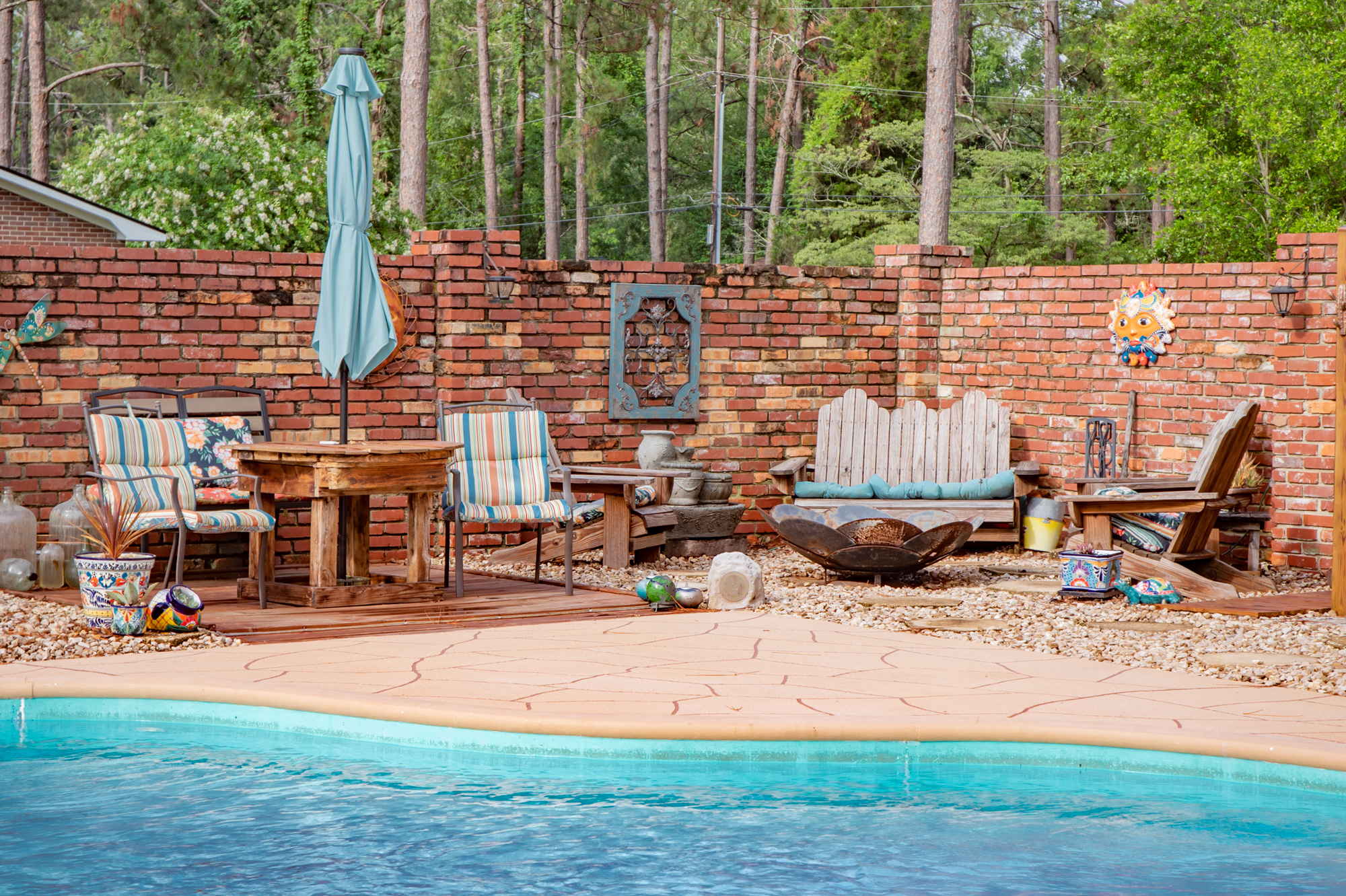 Space for Entertaining - You wont run out of room at family gatherings or pool parties. It's the ideal place to hang out and keep an eye on the kids in the pool.