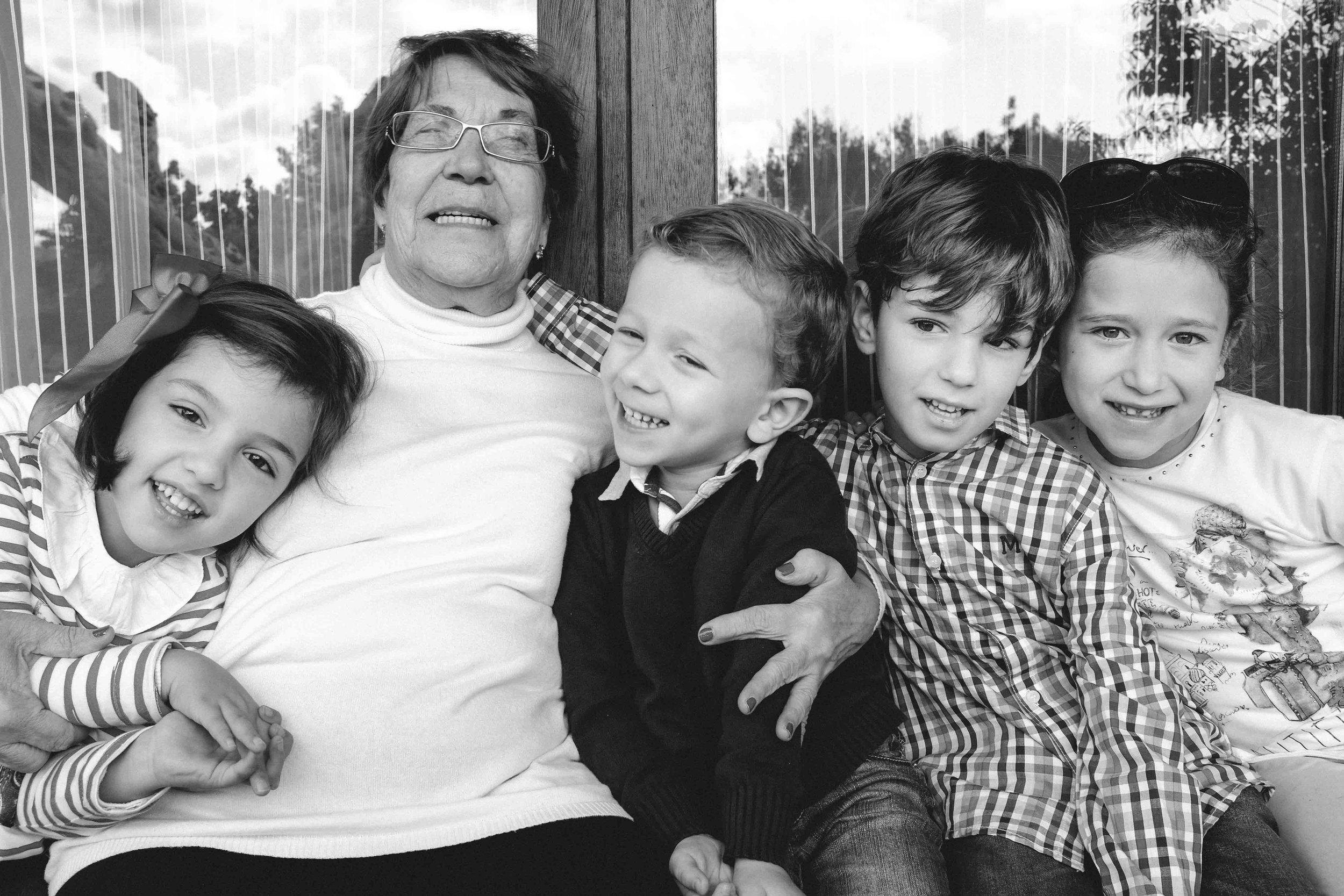 Abuela con nietos.jpg