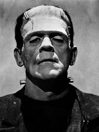 """Iluminando al pobre de Frankenstein con una luz dura. Mirad cómo de marcadas tiene las sombras en las mejillas. No voy a decir que podría ser guapo, pero una iluminación mejor haría milagros... (Fotograma de la película """" La novia de Franskenstein, 1935)"""