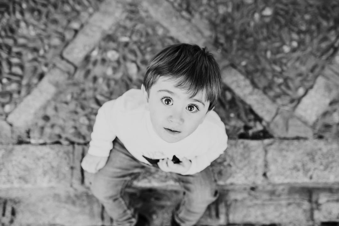 Pues si tiene esos ojazos… qué más quieres… pues que la luz le favorezca. Esta foto está hecha en Sevilla a medio día. En pleno Santa Cruz (pareces blancas que reflejan luz en todas las direcciones) y con la luz del Sol tamizada a través de naranjos… Vale, no siempre vas a tener tantos privilegios, pero presta atención a las miradas, a veces tendrás oportunidades como ésta.