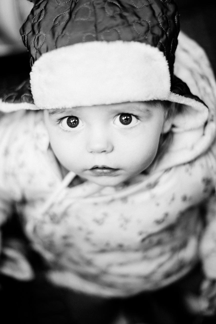 Si no vas a colocarte a la altura de los niños cuando hagas fotografía infantil, intenta justo lo contrario, un plano muy picado hace que esta niña dirija su vista hacia arriba, lo cual concentra mucho la fotografía en sus ojos… Aparte, esta chica parece así más pequeña, generando sentimientos de mayor ternura hacia ella (por lo menos a mí).