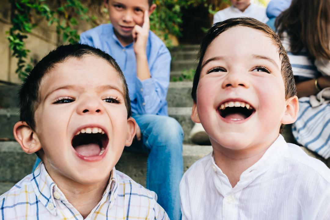 """Aquí, un par de primos gritando """"patata"""" a pleno pulmón… (no recomendable para fotografías dentro de domicilios si tus vecinos tienen un oído sensible…)"""