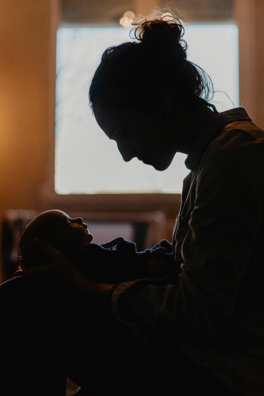 El uso creativo de la luz que tengas a disposición es lo mejor que puedes hacer. Como en este caso, buscando un contraluz que perfila exactamente las caras de mamá y su bebé