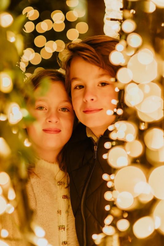 O utilizad la luz artificial que tengáis a mano. En este caso, las luces de decoración navideñas de una tienda sirven para hacer este tipo de iluminación, muy navideña también, por cierto.