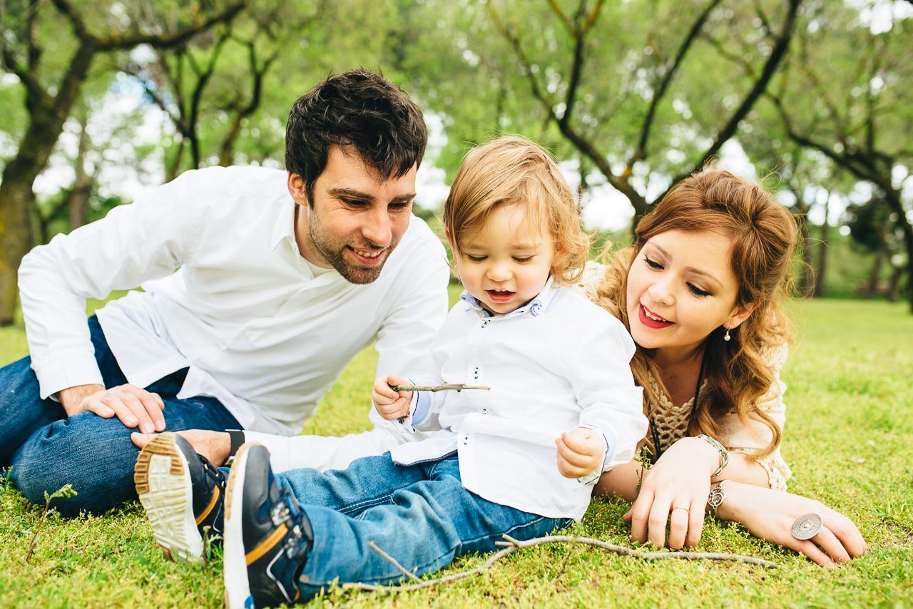 Una familia muy blanquita en su vestimenta, nada desentona. La atención se fija en ellos, no es un ropa