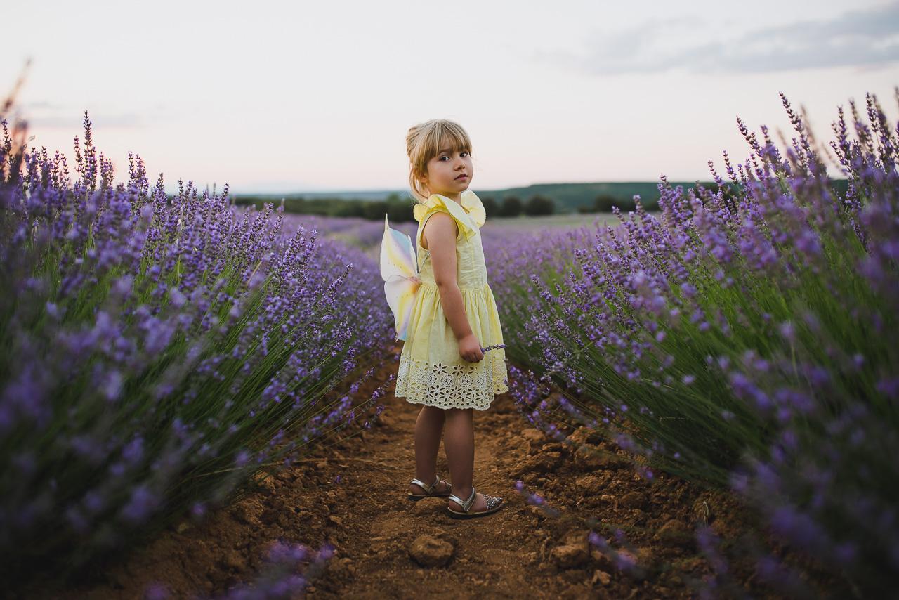 Casualidad o premeditado, esta pequeña se vino a la sesión de fotos de familia en los campos de lavanda de Brihuega vestida de amarillo, un color que complementa perfectamente al morado de las flores. Y también vino con alitas…