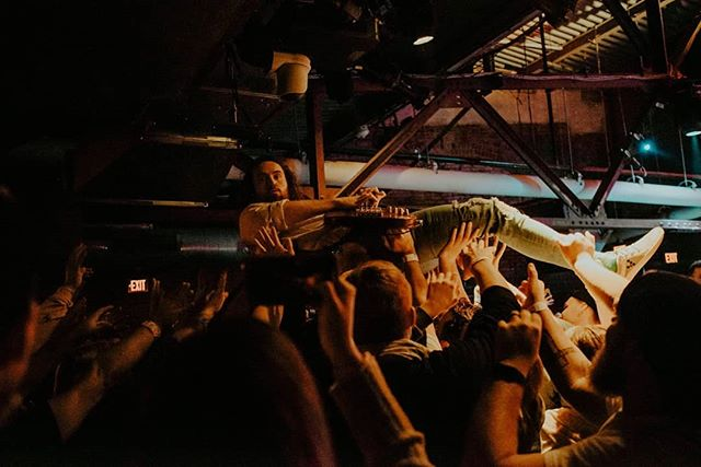 Joel crowd surfs to the bar 🏄