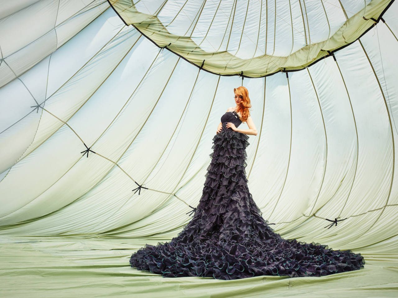 Model Annika Zimmermann im schwarzen Hochzeitskleid
