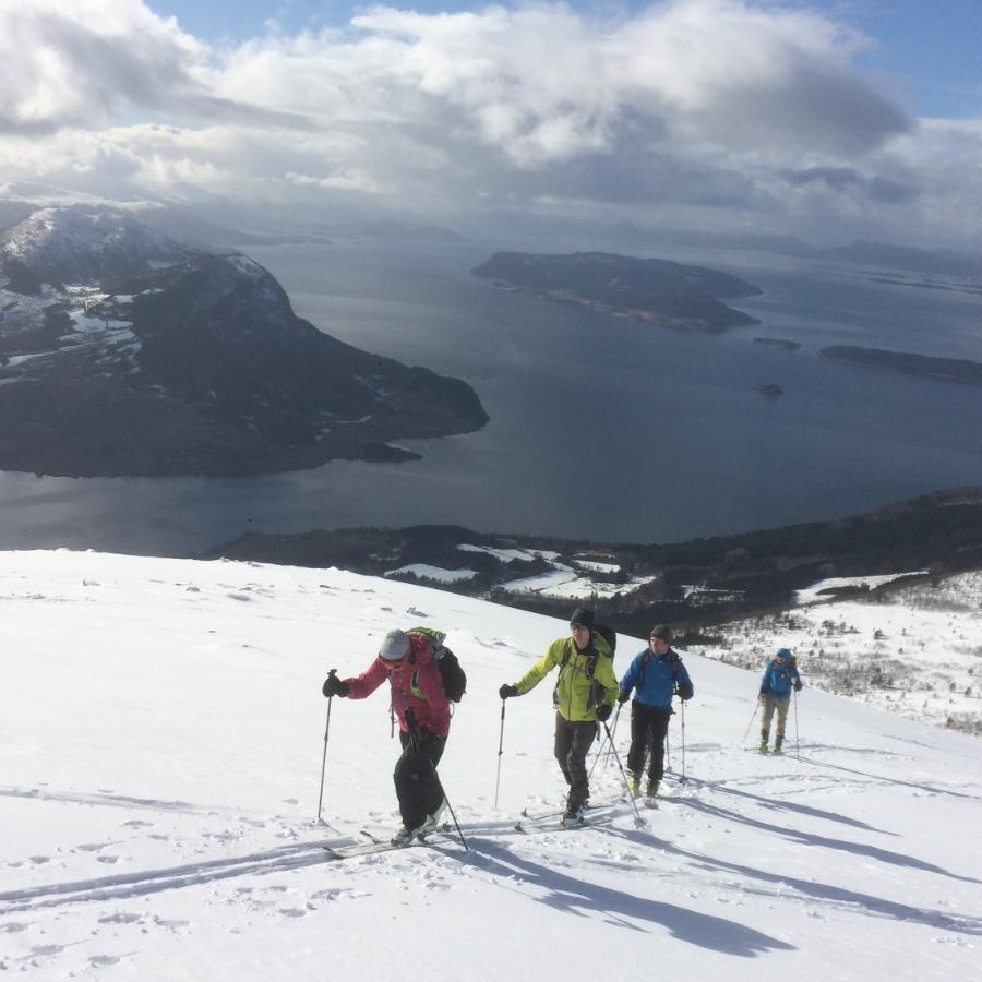 Påväg upp på Tarlöysa, en inte så svår topp, med otroligt fin vy ut mot Molde.