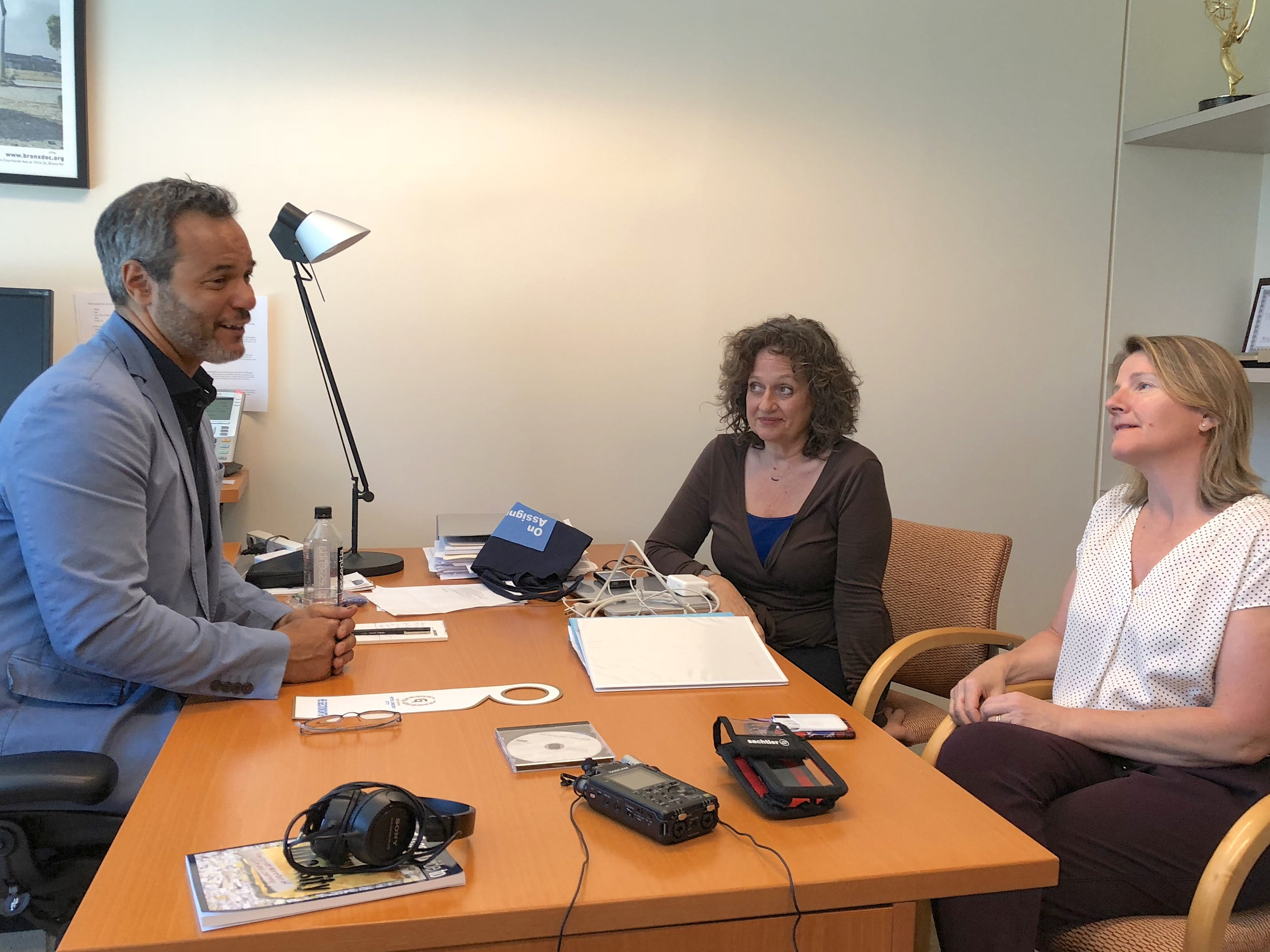 David Scott (l) talks to duPont-Columbia Awards Director Lisa R. Cohen (l) and Prizes Exec Director Abi Wright (r) in his HBO office.