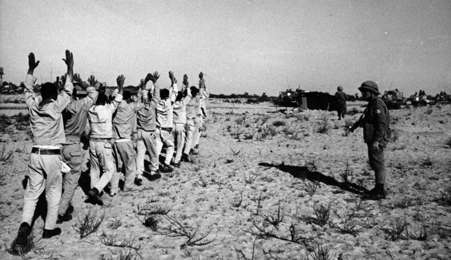 6 Gün Savaşı'nda İsrail Ordusu tarafından esir alınmış bir grup Mısır askeri -1967